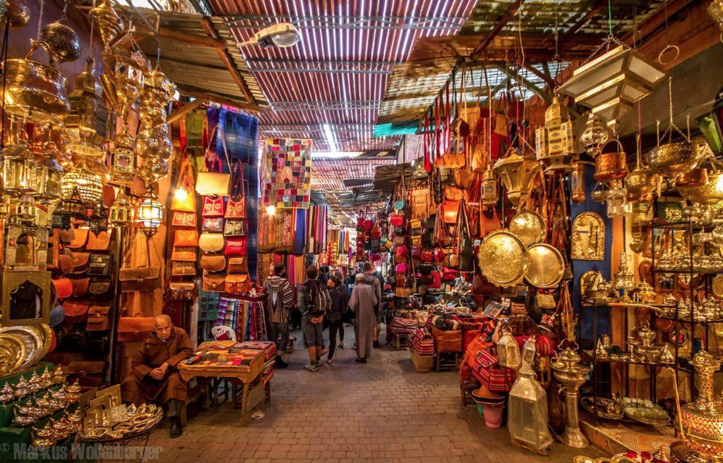 Medinaların Çarşı kısmında bir sokak (sug)