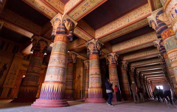 Quarzazat'taki film setinde yapılmış Mısır- Luxor'daki bir tapınak