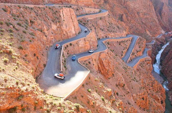 Yüksek Atlas dağlarından  Sahra Çölüne geçiş yapan Tişka geçidi