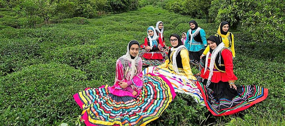 Gilan bölgesindeki çay bahçeleri ve yöresel kıyafetler
