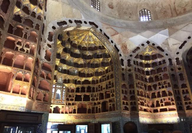 Şeyh Safiyyüddin Dergâhının içinde porselenler için yapılmış bölmeler