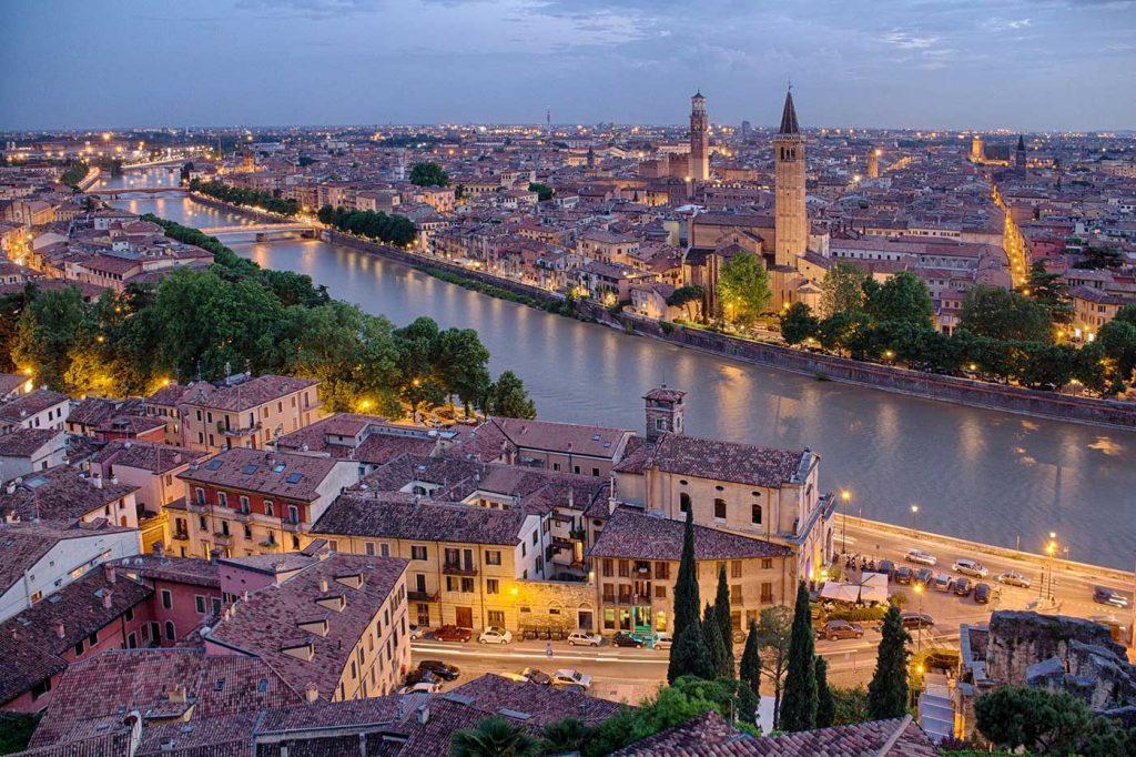 Verona ve şehri ikiye bölen Adige nehir