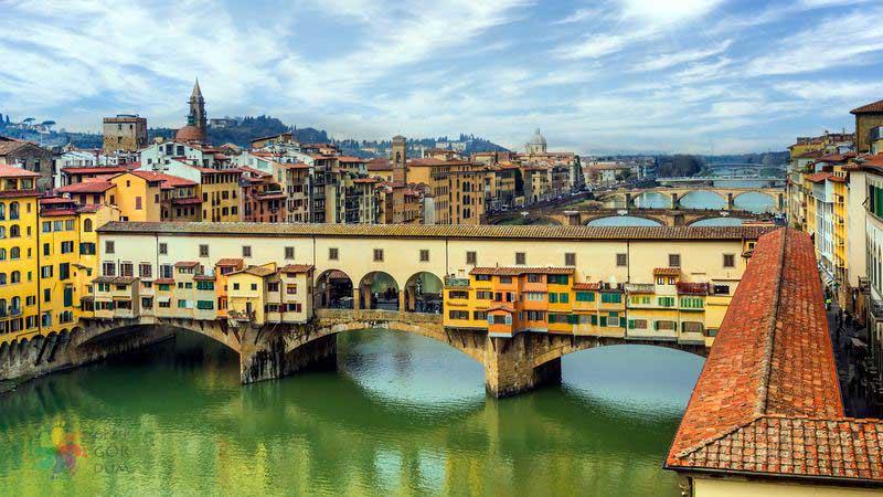 Floransa'da 1345 yılında inşa edilen Ponto Vecchio Köprüsü ve tarihi dükkanları