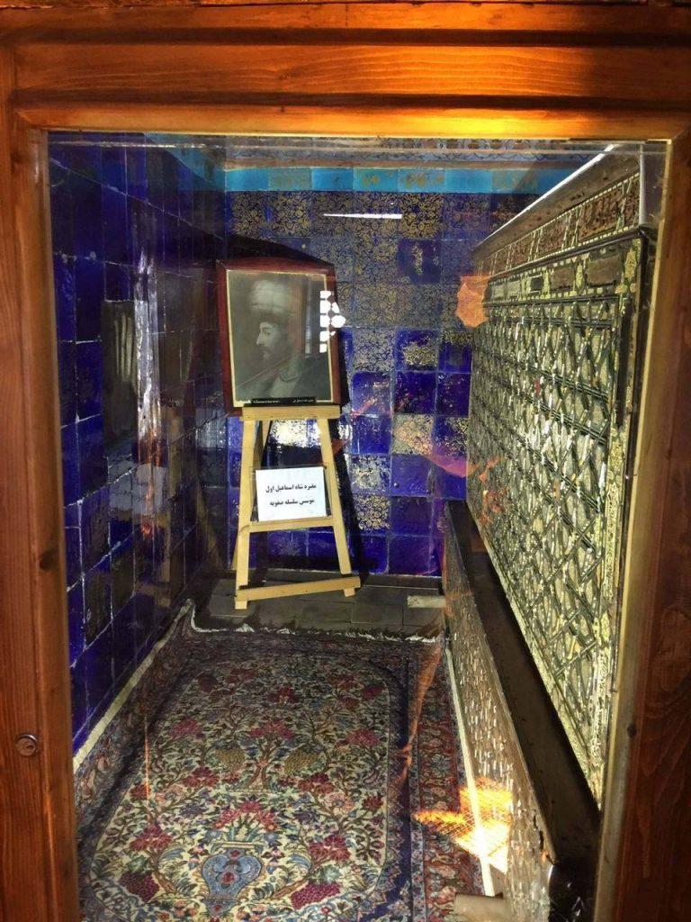 Şeyh Safiyüddin Erdebili'nin türbesinin yanında Şah İsmail'in sandukası